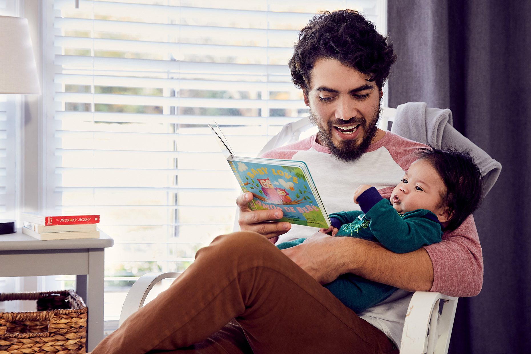 06_FAMILYLIFE_SLP050_SLP17_MIX_3m_Reading_a_book_to_newborn_1856rsfc